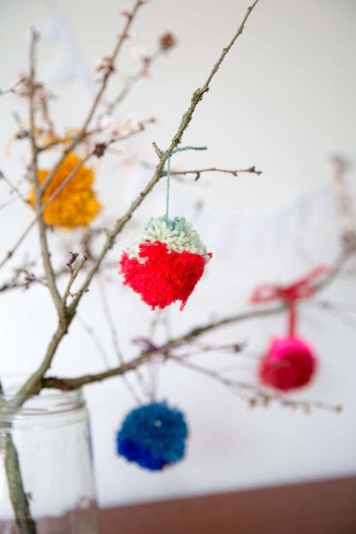 decoration de printemps originale en branches d arbre décorés de pompons colorés, activité manuelle facile et rapide