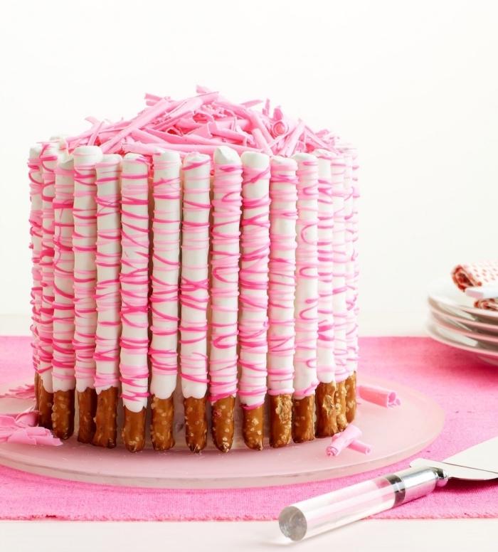 décoration de gateau anniversaire fille originale de bretzels en bâtonnets enrobés de chocolat blanc