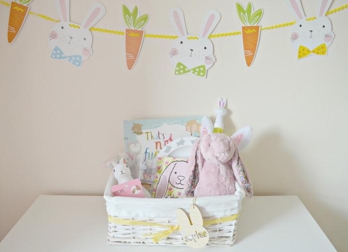 exemple de deco paques a faire soi meme, modèle de panier pâques avec jouets lapins, diy guirlande en papier formes lapins et carottes