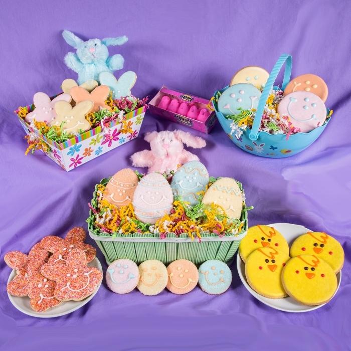 deco table pâques avec nappe violette et paniers diy remplis de friandises aux motifs lapins et poules, diy panier en carton