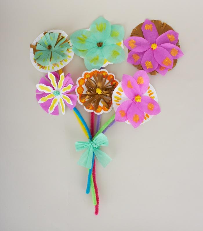 bricolage printemps facile, bouquet de fleurs en papier simple, de soie et crepon et tige en cure pipe
