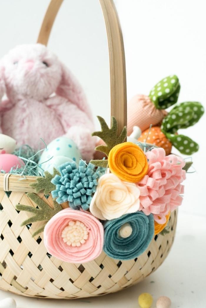 panier de paques maternelle, décorer un panier tressé facile avec fleurs artificielles, techniques fabrication fleurs en feutre