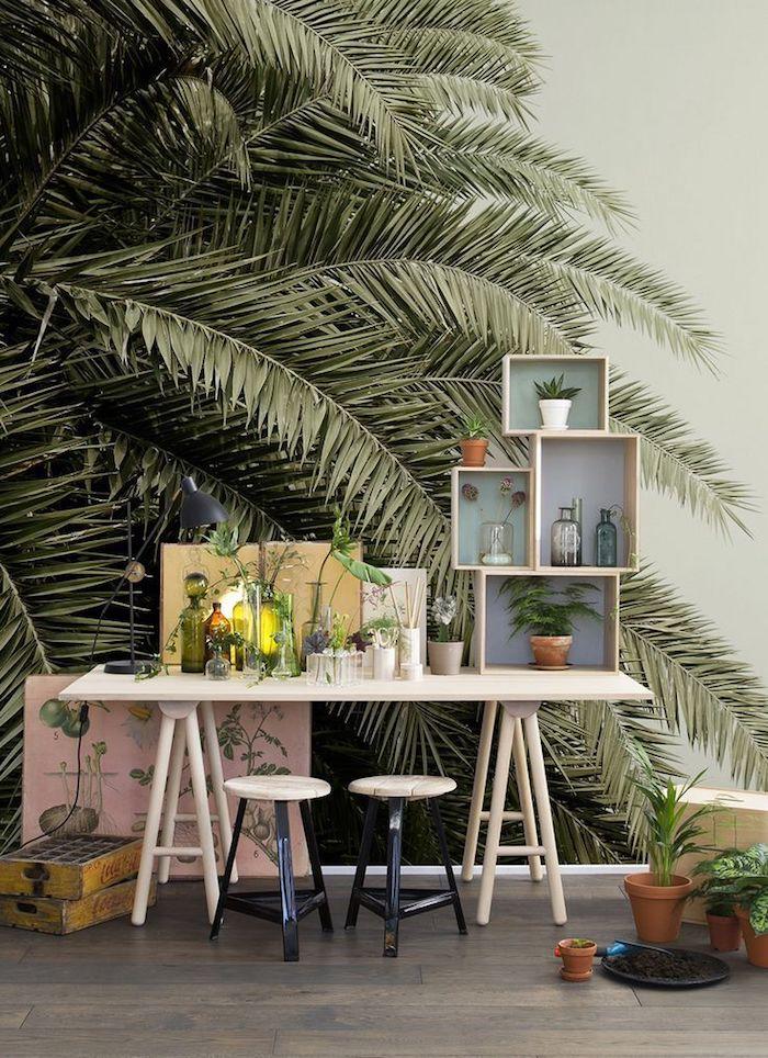 Plantes vertes dans une chambre adolescente, bureau joliment organisé, papier peinte photo de palme, deco chambre ado chouette idée,