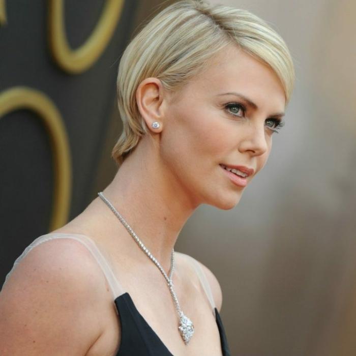 coupe pixie portée par une célébrité blonde, robe élégante, collier en argent, maquillage discret
