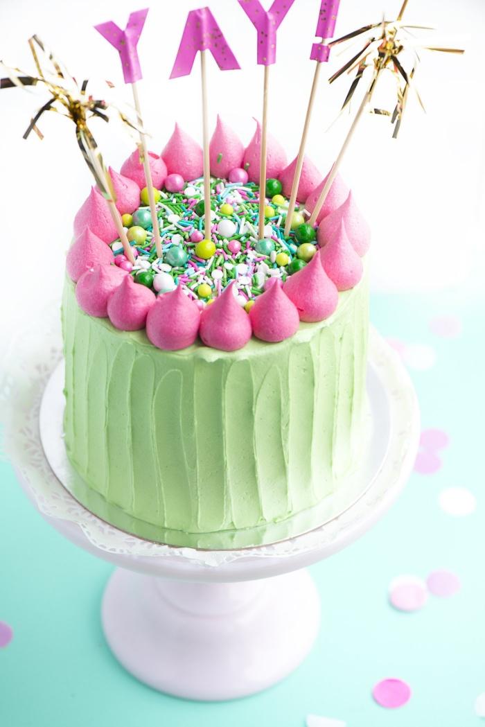 techniques de decoration patisserie avec glaçage coloré, gâteau cactus au glaçage vert et rose
