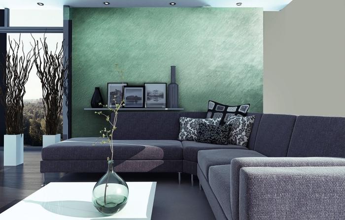 aménagement salon moderne avec murs beige et vert à effet, déco de salon avec canapé gris, idée rangement étagère murale