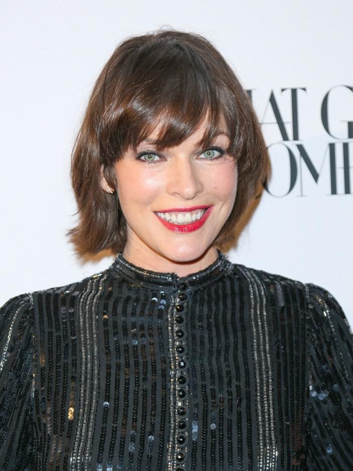 Mila Jovovich, coupe carré frangé mi long, chemise noire, petits boutons, yeux bleus