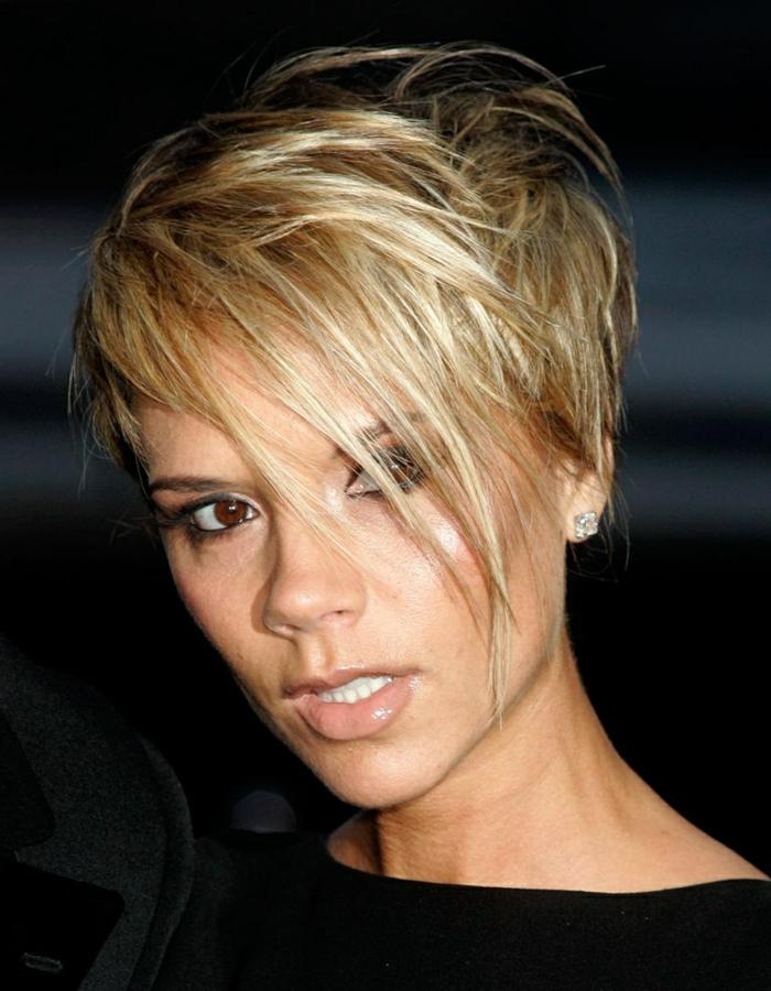 coupe courte carré plongeant court de Victoria Beckam, cheveux blonds longue frange de côté
