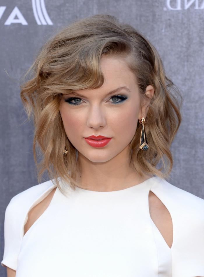 Taylor Swift, cheveux blond cendré, meche blonde sur cheveux châtain, robe blanche originale, frange de côté