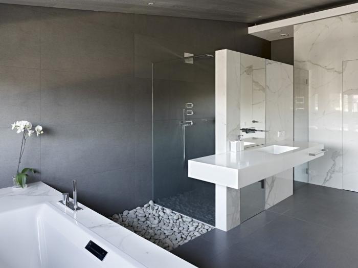 ambiance zen dans une salle de bain grise avec baignoire blanc, idée couleur pour salle de bain moderne aux murs foncés