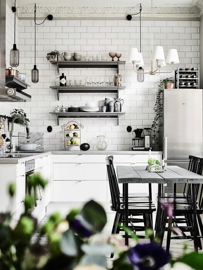 petite cuisine coquette, suspensions industrielles, étagères murales, petite table en bois, frigo chromé