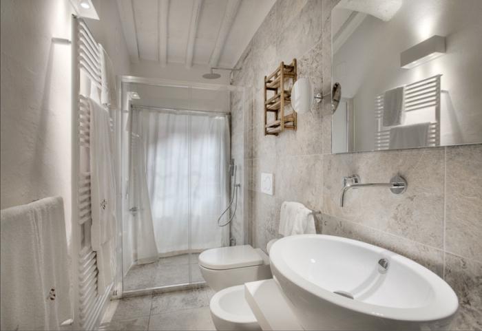 exemple de petite salle de bain aux couleurs clairs, idée couleur pour petit espace, salle de bain aux murs blancs