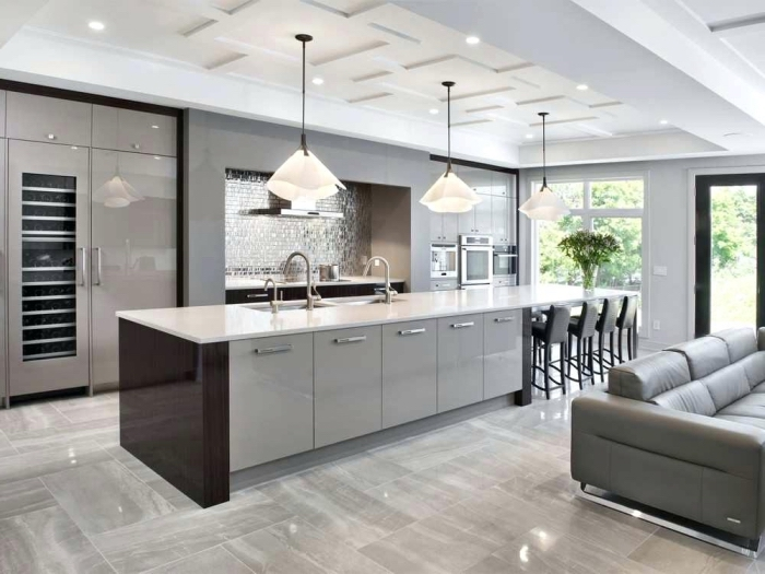 idée quelle couleur pour les murs d'une cuisine avec un pan de mur en gris foncé, plan de cuisine en longueur avec îlot