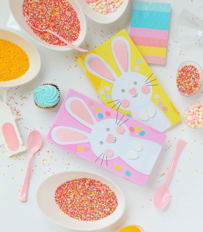 carte de paques facile a fabriquer avec motif lapin de paques en papier sur papier coloré avec des traits de visage en papier