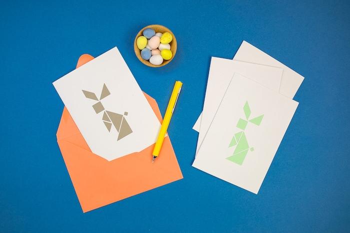 carte de paques facile en triangles et formes géométriques formant un motif lapin de paques original