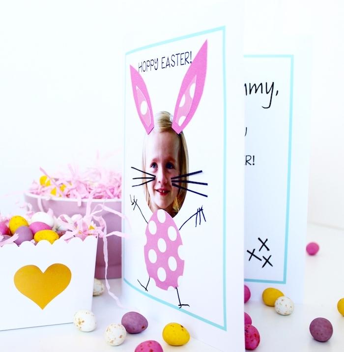 lapin de paques motif sur une carte de paques avec une tete de fille, joyeuses paques maman, bricolage enfant