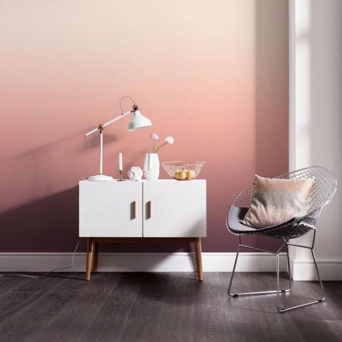 décoration de salon blanc au parquet foncé avec mur à design ombré, idée texture mur de nuances roses et beige
