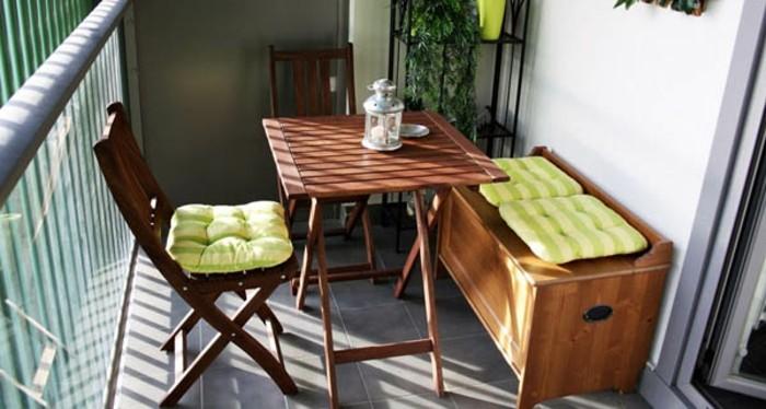 table, chaise et banc coffre de bois et carrelage gris pour revetement terrasse, comment aménager son balcon