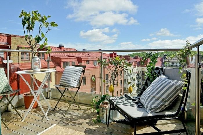 chaises et table en metal et petit fauteuil en metal, sol bois composite, garde corps en verre, aménagement petit balcon