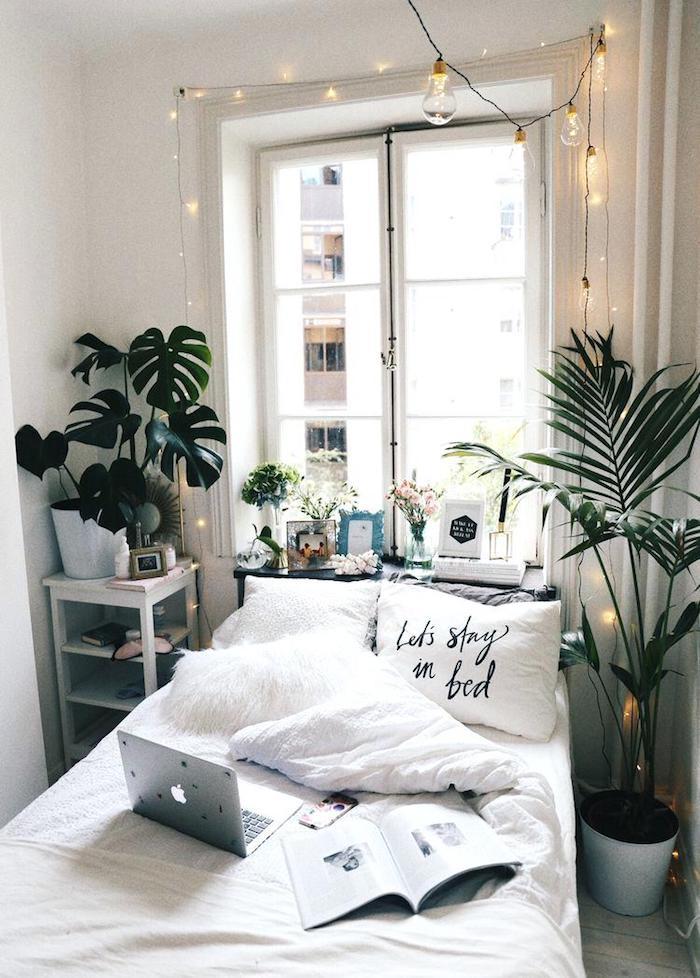 Coussin restez au lit toute la journee, aménagement chambre 10m2 bohème style décoration cozy, guirlande lumineuse et plantes vertes