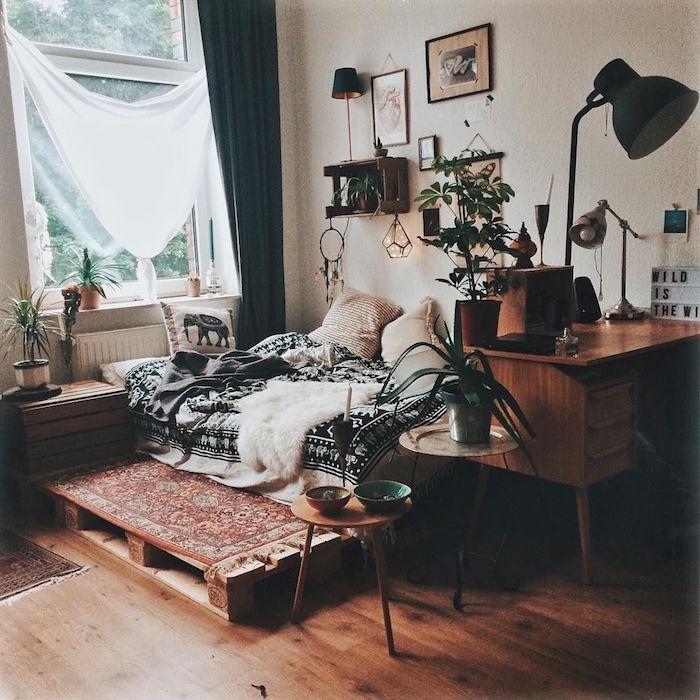 Plate forme pour lit en palettes, déco parelo avec éléphant, fenêtre ouvert couvert de linge blanche