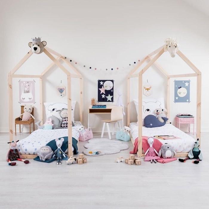 lit cabane montessori en bois, parquet bois clair, tapis d'éveil, bureau et chaise basses, multitude de jouets partout