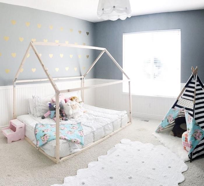 tipi enfant noir et blanc, lit cabane montessori avec matelas blanc, jouets peluche, soubassement bois blanc, mur gris à motif coeurs dorés