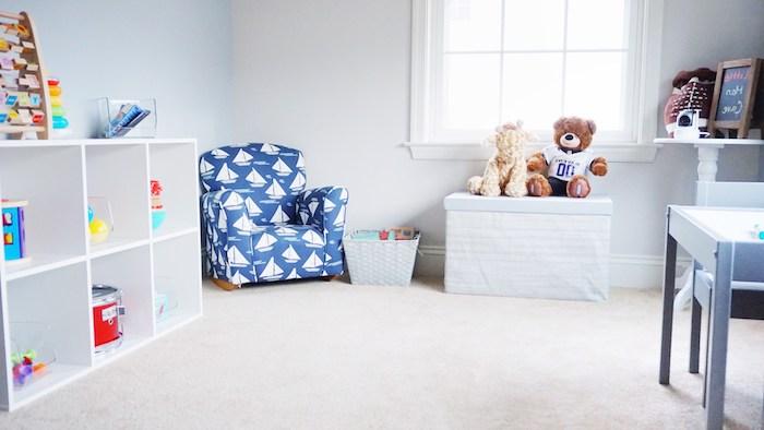 espace activité montessori avec etagere kallax ikea pour ranger jouets, petit fauteuil enfant, coffre à jouets, peluches