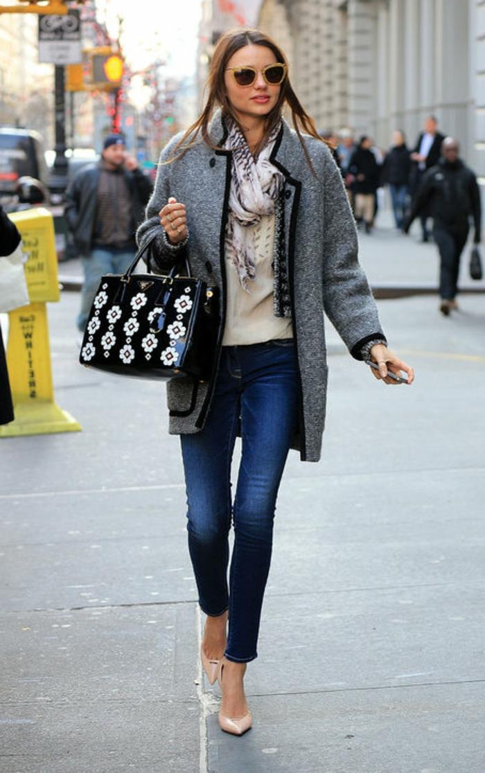 quels accessoires pour un look business casual femme, comment porter des jeans slims avec chaussures à talons