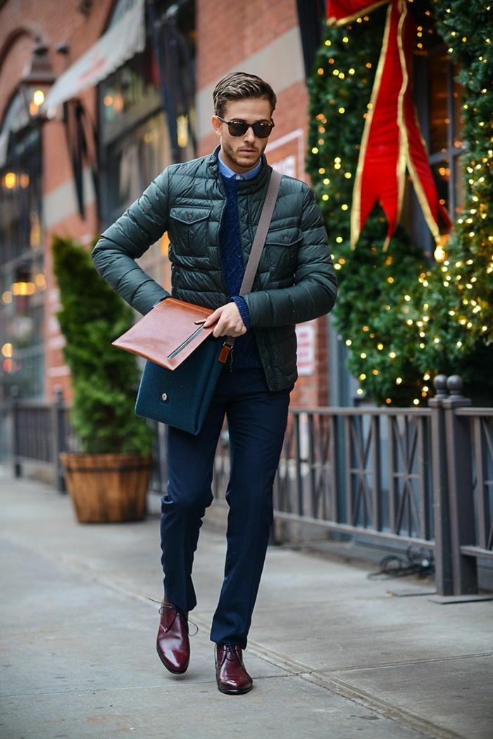modèle de veste vert foncé pour homme combiné avec sac en cuir vert et marron, idée chaussures tendance homme élégant couleur bordeaux