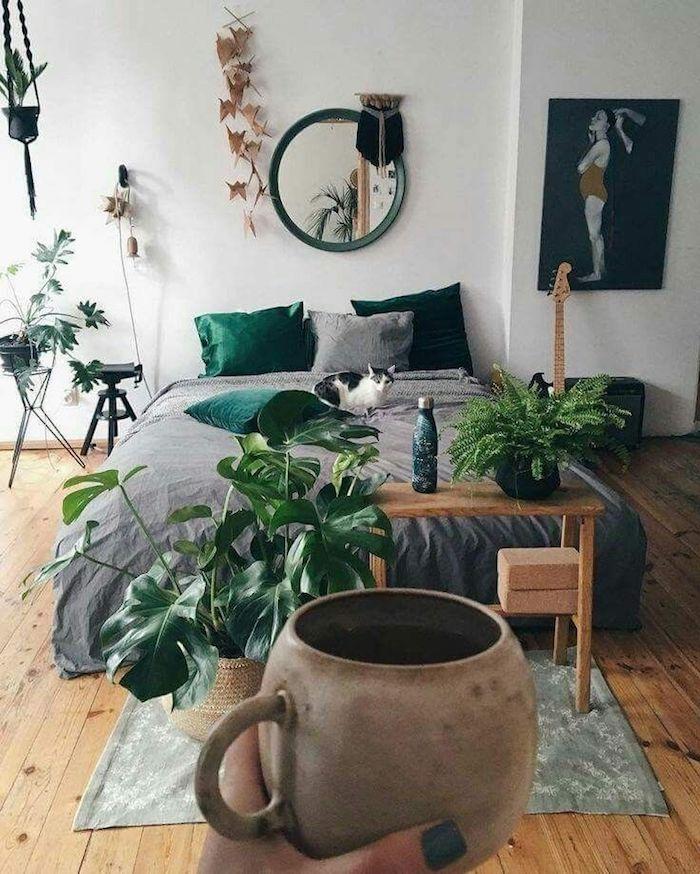 Tasse à café ronde vintage style, décoration plantes vertes, chat sur le lit, deco chambre moderne, chambre adulte déco scandinave