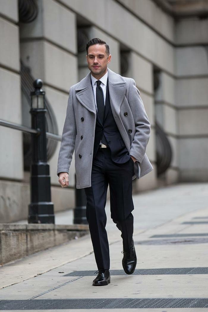 modèle de manteau gris avec boutons noirs pour homme élégant, idée tenue soirée homme classy avec cravate et chemise