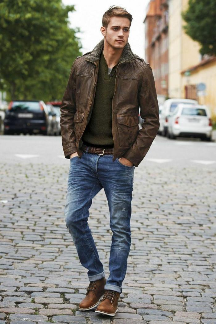 exemple de tenue décontractée homme avec jeans slim et blouse vert kaki combinés avec veste et accessoires en cuir marron