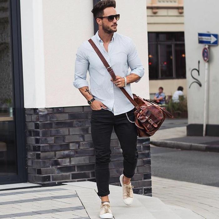 exemple de smart casual dress code pour homme, combiner une paire de pantalon noir avec chemise bleue claire