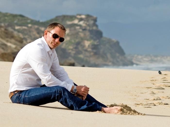 style vestimentaire homme stylé avec chemise couleur neutre combiné avec paire de jeans foncé, idée bijoux homme d'affaire