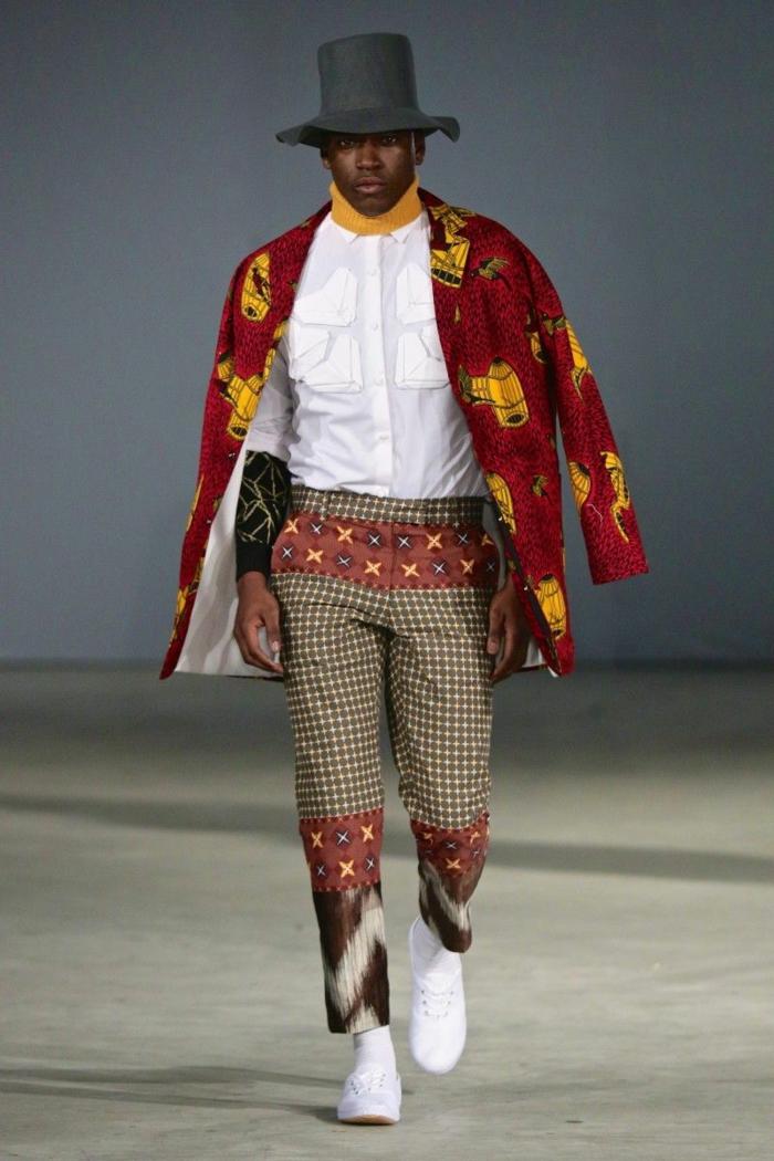 pantalon beige aux carreaux avec dessins africains, veste longue rouge, chapeau cylindre noir, chemise blanche, vetement africain homme