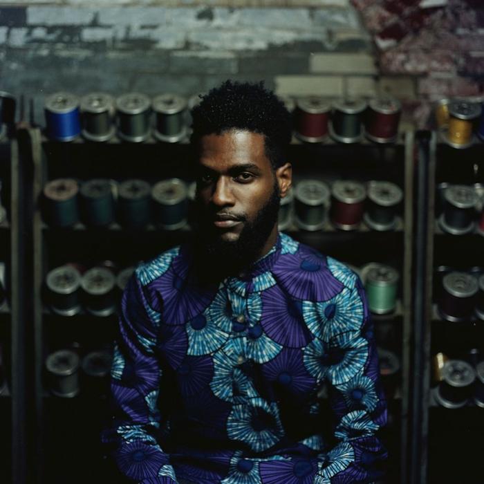 chemise bleue aux motifs africains, homme barbu, vetement wax pas cher, vetement africain moderne