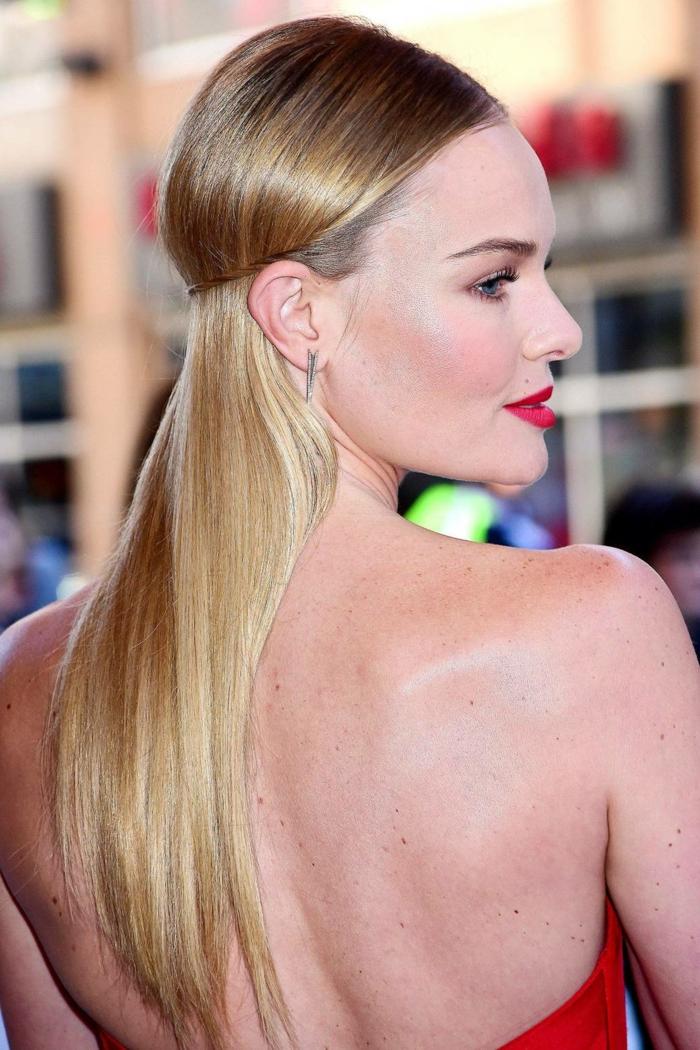 femme aux cheveux couleur blond doré, cheveux longs lissés, mi attachés, jolie femme blonde