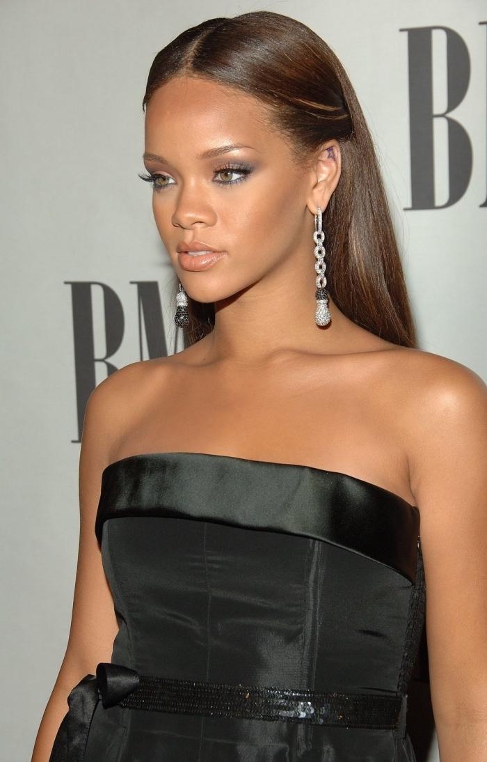 modèle de coiffure célébrité de Rihanna, idée coiffure romantique pour cheveux longs et raides mi-attachés de côté