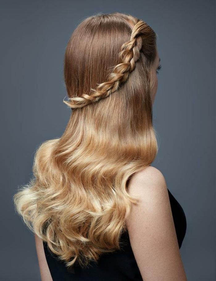 cheveux longs, coiffure tresse couronne, longs cheveux ondulés, robe noire, jeune femme blonde