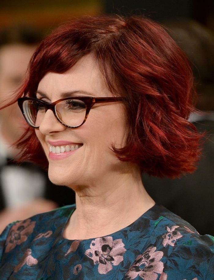 coupe de cheveux carré pour femme de 50 ans, cheveux couleur rouge, lunettes de vue, robe florale verte