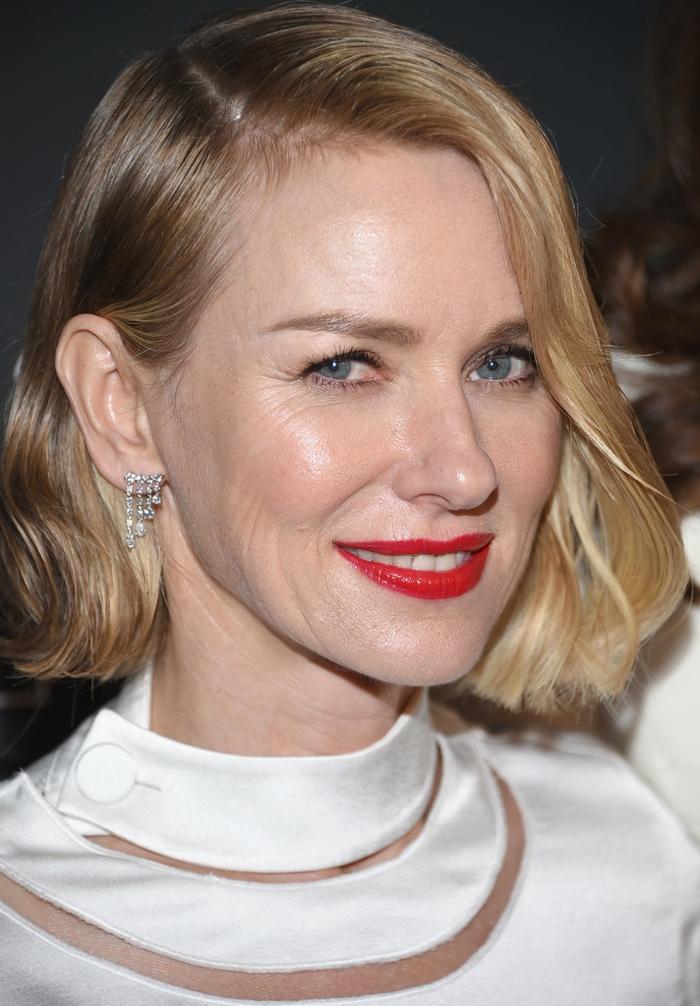 carré blond, coupe de cheveux qui rajeunit, lèvres écarlates, chemise blanche