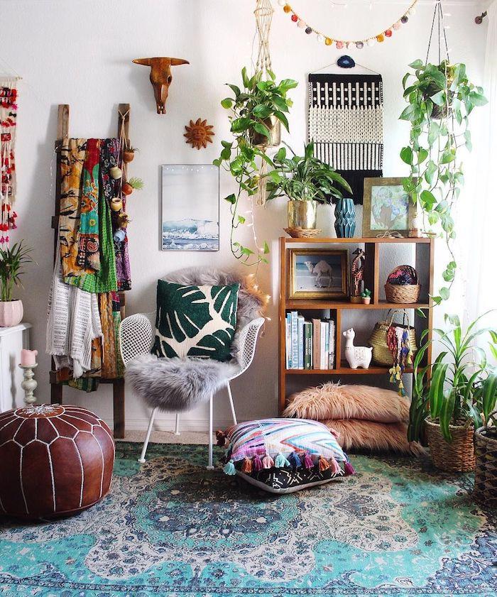 Tapis bleu et beige à beau motif, tabouret ronde sur le sol, coussins coloré, étagère de panels bois carrés, chambre adulte, deco chambre vintage hipster