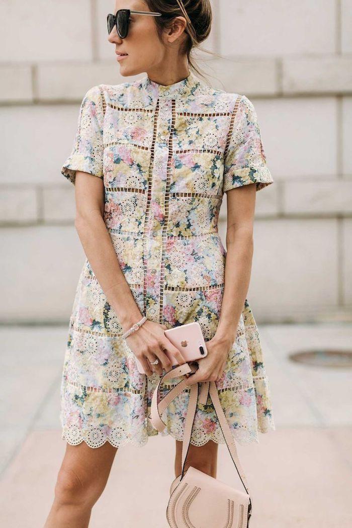 Photo robe bohème chic dentelle, robe blanche fleurie bohème chic en dentelle fleurie, tenue de mariage invitée