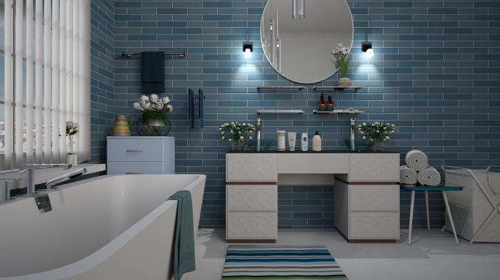 une salle de bains bleue et blanche avec un mur d'accent revêtu du carrelage en grès cérame à joints contrariés