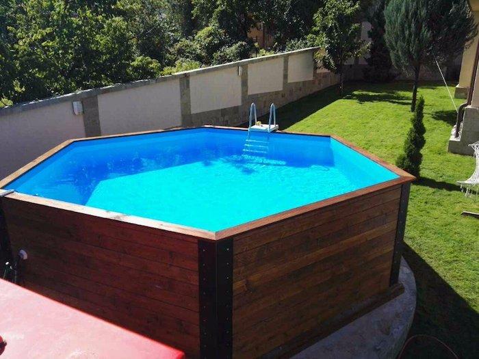 exemple de piscine hors sol en bois dans le jardin d une grande maison, cour intérieur végétalisé