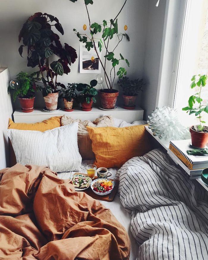 Lit cozy avec tete de lit rangement de plantes vertes, décoration chambre à coucher tumblr inspirée, chambre adulte deco