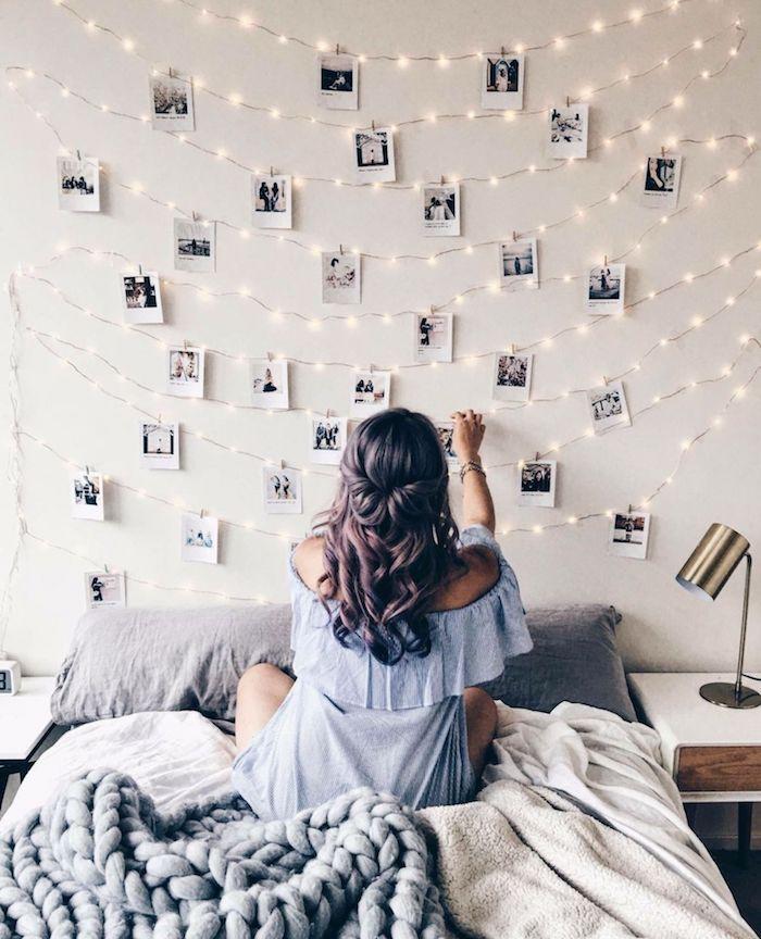 Fille qui et des photos d'appareil polaroid sur le mur avec guirlande lumineuse, aménagement chambre 10m2, décoration chambre à coucher