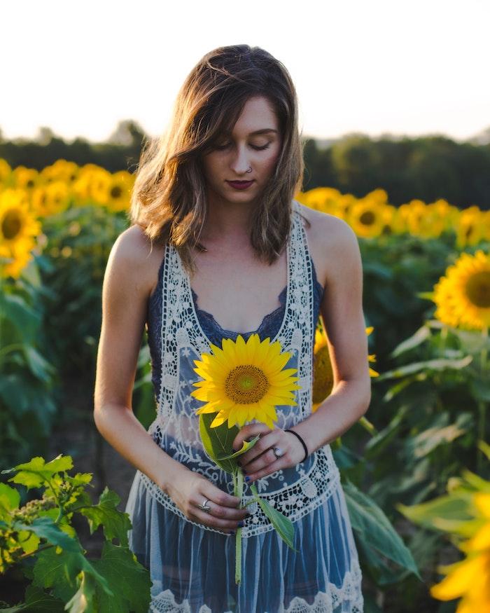 Tenue boheme chic pour l'été, robe bohème chic en dentelle, image de fille bohème champetre avec tournesol dans la main
