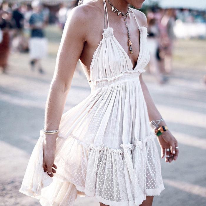 Style boheme chic parfait pour les festival de musique, robe bohème chic en dentelle blanche, femme stylée